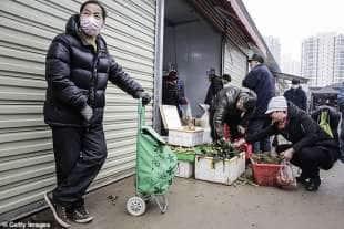 residenti di wuhan al mercato 1