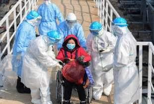 i primi pazienti arrivano nel nuovo ospedale a wuhan 1