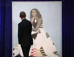 obama osserva il ritratto di michelle