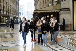 turiste con la mascherina a milano