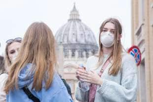turiste con la mascherina a san pietro 1