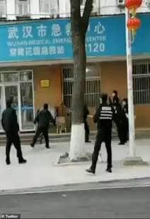 wuhan la polizia insegue un uomo sospettato di avere il coronavirus