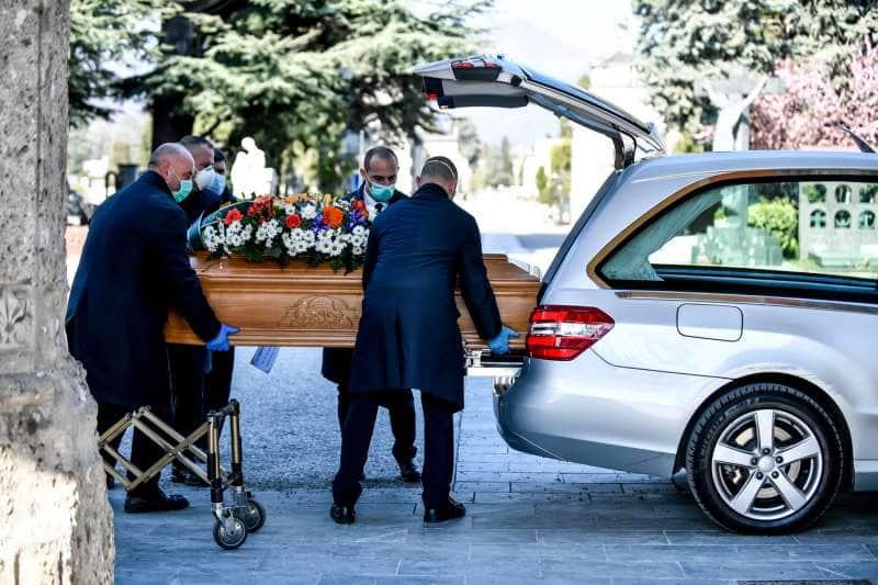 coronavirus, a Bèrgam l'arribada dels cotxes funeraris al cementiri és ininterrompuda