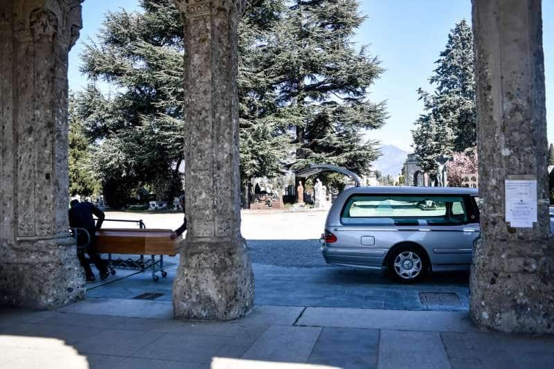 coronavirus, a Bèrgam l'arribada dels cotxes funeraris al cementiri és ininterrompuda 3