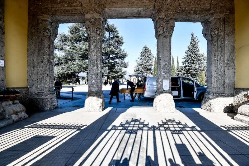 coronavirus, a Bergamo l'arribada dels cotxes funeraris al cementiri és sense parar 4