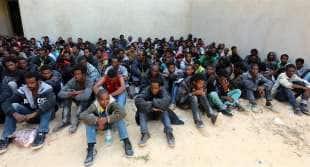 migranti in attesa di imbarco