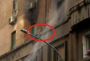 roma incendio in un palazzo dell'appio uomo intrappolato sul cornicione 3