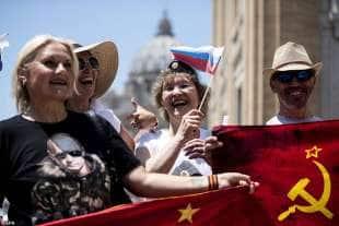 turisti russi aspettano putin a roma