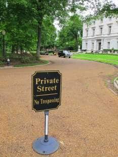 il cartello strada privata vietato l ingresso al cancello dei mccloskey