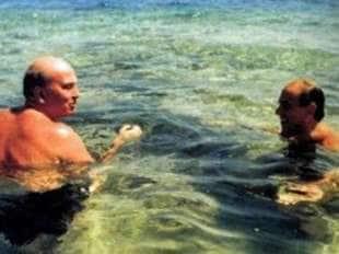 bettino craxi al mare con silvio berlusconi