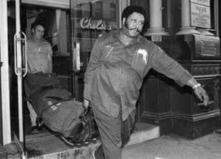 il corpo di nancy spungen portato via dal chelsea hotel