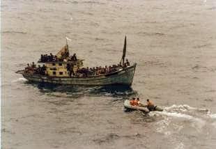 16 i marinai italiani entrano in contatto con i boat people vietnamiti