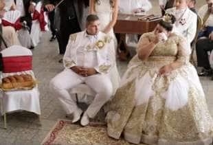 Matrimonio Gipsy Soldi : Nozze gipsy lei ha un vestito in oro da euro il