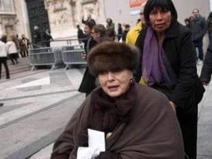 VALENTINA CORTESE CON UNA DELLE SUE BADANTI