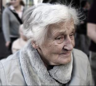 90enne fatta scendere dal bus