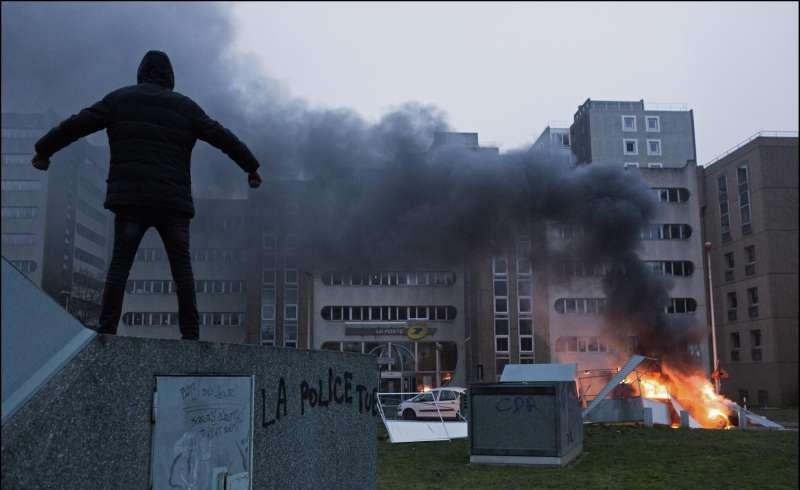 agguati alla polizia in francia 9