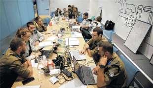 soldati israeliani lavorano ad un'operazione di cyber sicurezza