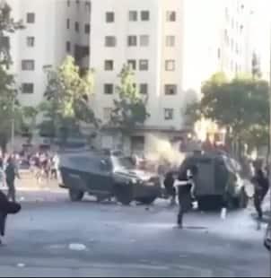cile, manifestante schiacciato da due camionette dei carabineros 1