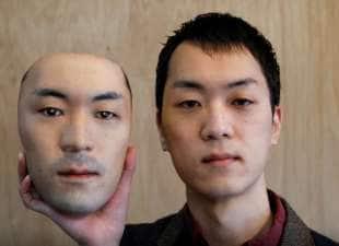 shuhei okawara con una delle sue maschere