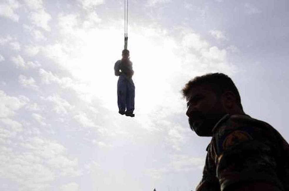 GIUSTIZIA ALL'IRANIANA - QUATTRO UOMINI SONO STATI IMPICCATI PER AVER VIOLENTATO UNA DONNA E COSTRETTO IL MARITO A GUARDARE...