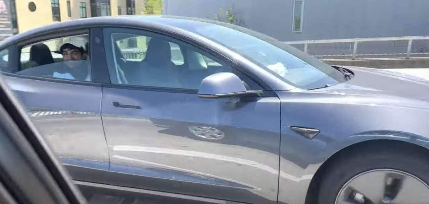FUORI DI TESLA - A SAN FRANCISCO GIRA UN PAZZO CHE ATTIVA LA GUIDA AUTOMATICA SULL'AUTO, SI SIEDE SUL SEDILE POSTERIORE,...