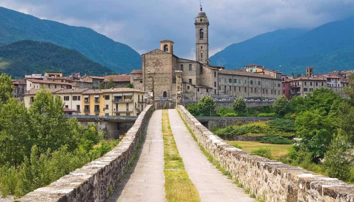 CI VOLEVA IL COVID PER RISCOPRIRE I NOSTRI BORGHI - SE LE GRANDI CITTÀ SONO DESERTE, I PICCOLI PAESI ITALIANI SI SONO RIEMPITI DI TURISTI...