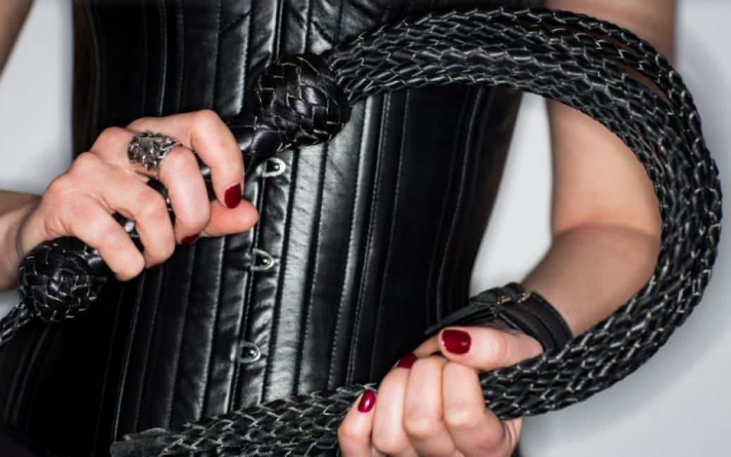 Садо-мазо онлайн наказали молодую, очень сексуальная фигура на пляже
